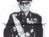 Φωτογραφία του Στρατηγού Ιωάννη Ντάβου οποίος γεννήθηκε το 1918 στο χωριό Άγιος Γεώργιος του Ν.Μεσσηνίας, ο οποίος ως Εύελπις πολέμησε το 1940 και τραυματίστηκε στη Μάχη της Τρεμπεσίνας, έλαβε μέρος στην Εθνική Αντίσταση ως επικεφαλής ανταρτικής ένοπλης ομάδας του ''Ε.Σ.'' στις περιοχές Τριφυλίας και Ολυμπίας, έλαβε μέρος στον συμμοριτοπόλεμο, ενώ διετέλεσε ΑΓΕΣ το 1974, ΑΓΕΕΘΑ από το 1976 έως το 1980, και το 1980 ως υφυπουργός Εθνικής Άμυνας, πέθανε το 2008.