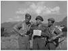 Φωτογραφία του 1947 όπου εμφανίζει τον τότε Λοχαγό (ΠΖ) Αποστολόπουλο Σταμάτη (στο κέντρο) να ενημερώνει τους δύο διμοιρίτες του για την αποστολή τους κατά τις εκκαθαριστικές επιχειρήσεις στην ορεινή περιοχή του Παγγαίου.