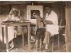 Ανέκδοτη φωτογραφία του 1949 όπου εμφανίζει νοσοκόμα του Ε.Ε.Σ., και στρατιωτικό ιατρό εντός πρόχειρου ιατρείου που έχει εγκατασταθεί εντός στρατιωτικής σκηνής, να εξετάζουν μικρό παιδί στην περιοχή της Κόνιτσας.