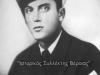 Φωτογραφία του θείου μου Κελευστή Αθανάσιου Ντόντου του Αναστασίου, ο οποίος έφερε την ειδικότητα ''Τορπιλητής'', και ο οποίος βρήκε ηρωικό θάνατο την 29-12-1940 όταν σαν μέλος του πληρώματος του ηρωικού υποβρυχίου ''ΠΡΩΤΕΥΣ'' αυτό βυθίστηκε αύτανδρο στον κόλπο του Τάραντα έξω από την Ιταλία. Τιμήθηκε μετά θάνατο, με τον ''Πολεμικό Σταυρό Γ΄τάξεως'', και το ''Αναμνηστικό Μετάλλιο 1940-1941'', ενώ προήχθη τιμητικά μετά θάνατο στον βαθμό του Κελευστή.