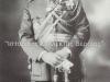 Φωτογραφία του Αντγου Βλαχόπουλου Νικολάου ο οποίος γεννήθηκε στην Χαλκίδα το 1868, και προέρχεται από την Σχολή Ευελπίδων. Συμμετείχε στον Βαλκανικό πόλεμο 1912-1913, συμμετείχε στον Α΄ΠΠ ως Σχης, και εν συνεχεία ως Υπστγος επικεφαλής στην εκστρατεία στην Μεσημβρινή Ρωσία, ενώ το 1921 υπήρξε ο πρώτος στρκος δκτης της Σμύρνης, τέλος από το 1923 έως το 1928 υπήρξε ΑΓΕΣ, και απεβίωσε το 1957.