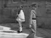 Φωτογραφία του 1946 όπου εμφανίζει τον Βασιλέα Γεώργιο να αποχωρεί από το Μνημείο του Άγνωστου Στρατιώτη όπου είχε προηγηθεί η κατάθεση στεφανιού.