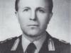 Φωτογραφία του Στρατηγού Αγαμέμνων Γκράτσιου ο οποίος γεννήθηκε στον Ελαφότοπο των Ιωαννίνων το 1922, πολέμησε ως Εύελπις το 1941 στην μάχη της Κρήτης, συμμετείχε στις επιχειρήσεις του συμμοριτοπολέμου κατά την περίοδο 1946-1949, ήταν από τα πρώτα στελέχη που εκπαιδεύτηκαν στις Ειδικές Δυνάμεις, διετέλεσε ΑΓΕΣ κατά την περίοδο 1976-1980, ΑΓΕΕΘΑ κατά την περίοδο 1980-1982, ενώ απεβίωσε το 1993.
