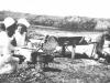 Φωτογραφία όπου εμφανίζει νοσοκόμες του Ε.Ε.Σ. να βοηθούν τον μάγειρα στην προετοιμασία του συσσιτίου σε ορεινό χειρουργείο κατά την διάρκεια του πολέμου του 1940 στην περιοχή της Βορείου Ηπείρου.
