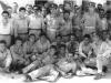 Φωτογραφία από το καλοκαίρι του 1956 στον Πειραιά όπου εμφανίζει επαναπατριζόμενους Έλληνες αξκους και οπλίτες από την Αλβανία μετά από χρόνιες ενέργειες του Ελληνικού κράτους, του ΟΗΕ και του ΕΕΣ, οι οποίοι ως αιχμάλωτοι κατά την περίοδο του συμμοριτοπολέμου 1947-1949 είχαν μεταφερθεί σε στρατόπεδα συγκεντρώσεως στην Αλβανία.