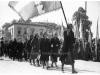 Φωτογραφία του 1946 όπου εμφανίζει στην πόλη της Τρίπολης να παρελαύνουν οι χήρες των πολεμιστών που έπεσαν μαχόμενοι στα πεδία των μαχών κατά την περίοδο 1912-1922.