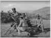 Φωτογραφία του 1948 όπου εμφανίζει στοιχείο όλμου του Ελληνικού Στρατού να βάλλει κατά θέσεων των συμμοριτών στην περιοχή του Καρπενησίου, ενώ γονατιστός μπροστά διακρίνεται ο στοιχειάρχης Δεκανέας Χρήστος Χριστόπουλος από την Κορώνη Μεσσηνίας.