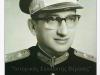 Φωτογραφία του Στρατηγού Διονυσίου Αρμπούζη ο οποίος πολέμησε κατά την διάρκεια του Β΄ΠΠ, έλαβε μέρος κατά την διάρκεια του συμμοριτοπολέμου, συμμετείχε στο Ελληνικό Εκστρατευτικό Σώμα στον πόλεμο της Κορέας, ενώ ήταν ο πρώτος δκτης της ''ΕΛΔΥΚ''. Κατά την περίοδο 1974-1976 διετέλεσε Αρχηγός του ΓΕΕΘΑ, ενώ το 1977 διετέλεσε και Υπουργός Βορείου Ελλάδος. Απεβίωσε το 1987.