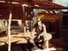 Φωτογραφία του 1972 όπου εμφανίζει τον θείο μου Γεώργιο Ντόντο του Κανέλλου σε ηλικία 25 ετών όταν υπηρετούσε στο ''ΠΥΡΟΒΟΛΙΚΟ'' του Αυστραλέζικου Στρατού σε άσκηση, όπου λόγω του πολέμου του Βιετνάμ είχαν αναπαραστήσει ένα χωριό των Βιετκόνγκ προκειμένου να εκπαιδεύονται οι Αυστραλοί στρτες πριν μεταβούν στο Βιετνάμ.
