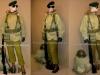 Η πρώτη στολή ''μάχης'' έλληνα οπλίτη καταδρομέα, περιόδου 1947-1960. Όλος ο ιματισμός και εξοπλισμός είναι αμερικανικής κατασκευής και προελεύσεως, και χορηγήθηκε αρχικά μόνο στους ''Λ.Ο.Κ.'' Ο καταδρομέας φέρει τον κλασικό πράσινο μπερέ, ενώ φοράει και τα γυαλιά υψηλού ψύχους που έφεραν και οι χιονοδρόμοι. Φοράει την επένδυση τύπου ''parka'' υψηλού ψύχους, η οποία έφερε γούνα από αλεπού στον κουκούλα, ενώ ήταν και διπλής όψεως ,με λευκό χρώμα για παραλλαγή στα χιόνια, και λαδί. Φέρει το ατομικό τυφέκιο ''M1-Garand'',την μικρή ξιφολόγχη ''Μ5'', η οποία χρησιμοποιούνταν και για μάχη σώμα με σώμα. Φέρει επίσης πάνω δεξιά στην εξάρτιση τον ατομικό φακό, ενώ αριστερά φέρει στο ίδιο ύψος την χειροβομβίδα ''mk2''. Στο κάτω μέρος της εξάρτισης φέρει τον ατομικό επίδεσμο, και τις θήκες μεταφοράς χειροβομβίδων. Επίσης πάνω στην εξάρτιση φέρει έναν συνδετήρα οκτώ φυσιγγίων για άμεση γέμιση του τυφεκίου. Επίσης φοράει το μάλλινο παντελόνι, και τα καφέ δερμάτινα άρβυλα με γκέτες. Τέλος δίπλα στον οπλίτη υπάρχει το ''μπέργκεν'' με τα υλικά διαβίωσης, και το ατομικό του κράνος.