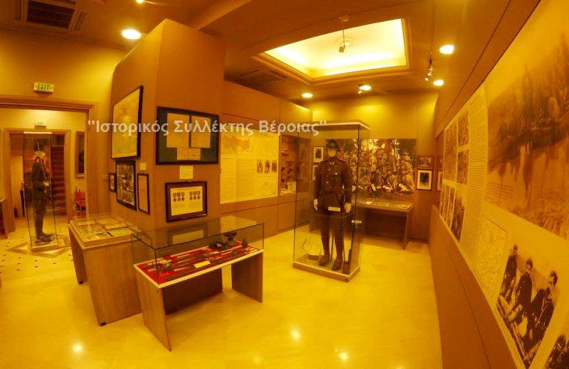 Άποψη από το ισόγειο στο Βλαχογιάννειο μουσείο με εκθέματα από τον Μακεδονικό Αγώνα.