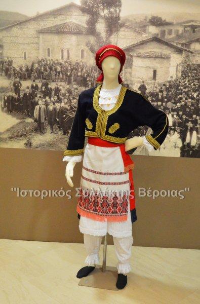 Κρητική Γυναικεία Παραδοσιακή Ανωγειανή Φορεσιά η οποία πλέον εκτίθεται στο Βλαχογιάννειο Μουσείο στον χώρο του Λαογραφικού Τμήματος (παραχώρηση του Συλλόγου Κρητικών Ν.Ημαθίας).