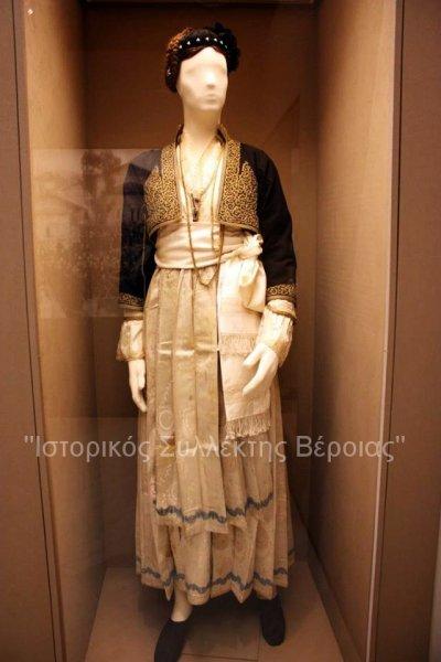 Τρεις εντυπωσιακές παραδοσιακές φορεσιές που έφεραν και φέρουν οι Βεροιώτισσες ως και σήμερα σε επίσημες πολιτιστικές εκδηλώσεις και όχι μόνο, και οι οποίες είναι δωρεά του ''Λυκείου των Ελληνίδων'' της Βέροιας στο Βλαχογιάννειο μουσείο ως μόνιμα εκθέματα.