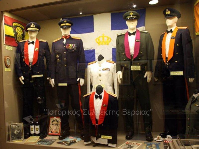 Ανανεωμένη μία εκ των πολλών βιτρινών του Βλαχογιάννειου μουσείου με εκθέματα επίσημων στολών από δωρεές επωνύμων αξκων του Ελληνικού Στρατού περιόδου 1942-1990, όπως εκτίθενται πλέον στον 2ο όροφο του μουσείου.