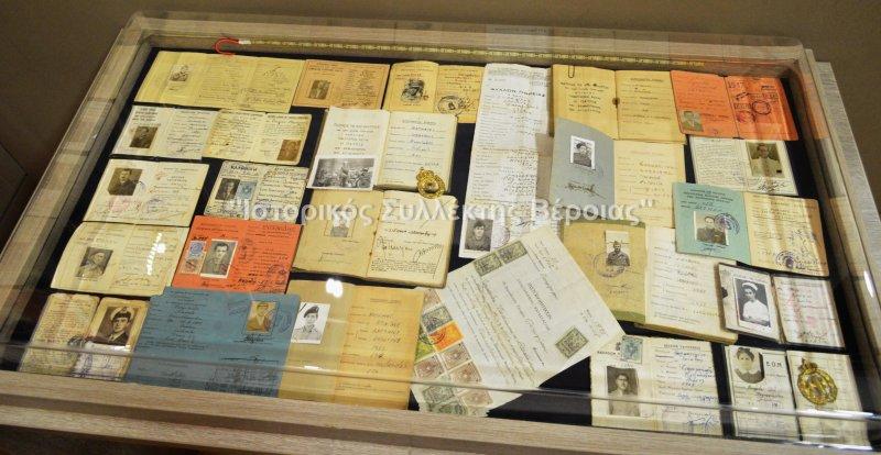 Βιτρίνα με εκθέματα από ατομικές ταυτότητες πολιτών και στρκων κατά την περίοδο 1920-1960