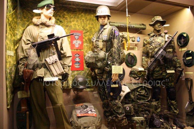 Ανανεωμένη μία εκ των πολλών βιτρινών του Βλαχογιάννειου μουσείου με εκθέματα από στολές των ''Ειδικών Δυνάμεων'' του Ελληνικού Στρατού περιόδου 1947-2000, όπως εκτίθενται πλέον στον 2ο όροφο του μουσείου.