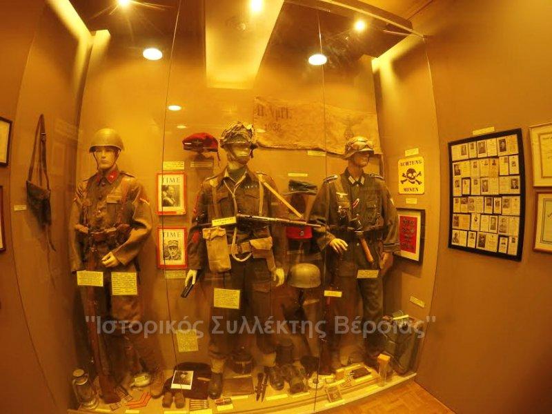 Μία εκ των πολλών βιτρινών του ''Βλαχογιάννειου'' μουσείου του 2ου ορόφου, όπου εκτίθενται στολές Έλληνα οπλίτη, Βρετανού αξκου αλεξιπτωτιστή και Γερμανού οπλίτη του Β΄ΠΠ.