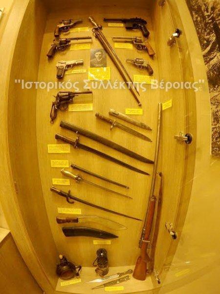 Βιτρίνα του ''Βλαχογιάννειου'' μουσείου με εκθέματα οπλισμού που χρησιμοποιήθηκε κατά την περίοδο του Μακεδονικού Αγώνα.
