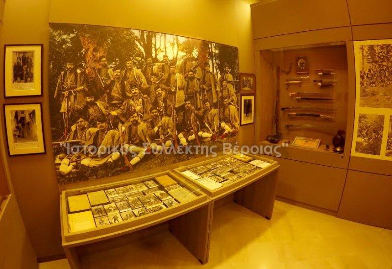 Πανοραμικές φωτογραφίες από μία εκ των αιθουσών από το ισόγειο του ''Βλαχογιάννειου'' μουσείου που είναι αφιερωμένος με εκθέματα και ιστορικά ντοκουμέντα στον Μακεδονικό Αγώνα.