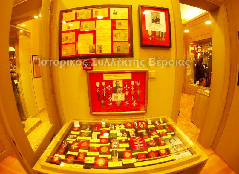 Μερική πανοραμική άποψη από τον 2ο όροφο του ''Βλαχογιάννειου'' μουσείου με εκθέματα από μετάλλια, διακριτικά και έγγραφα του Β΄ΠΠ.