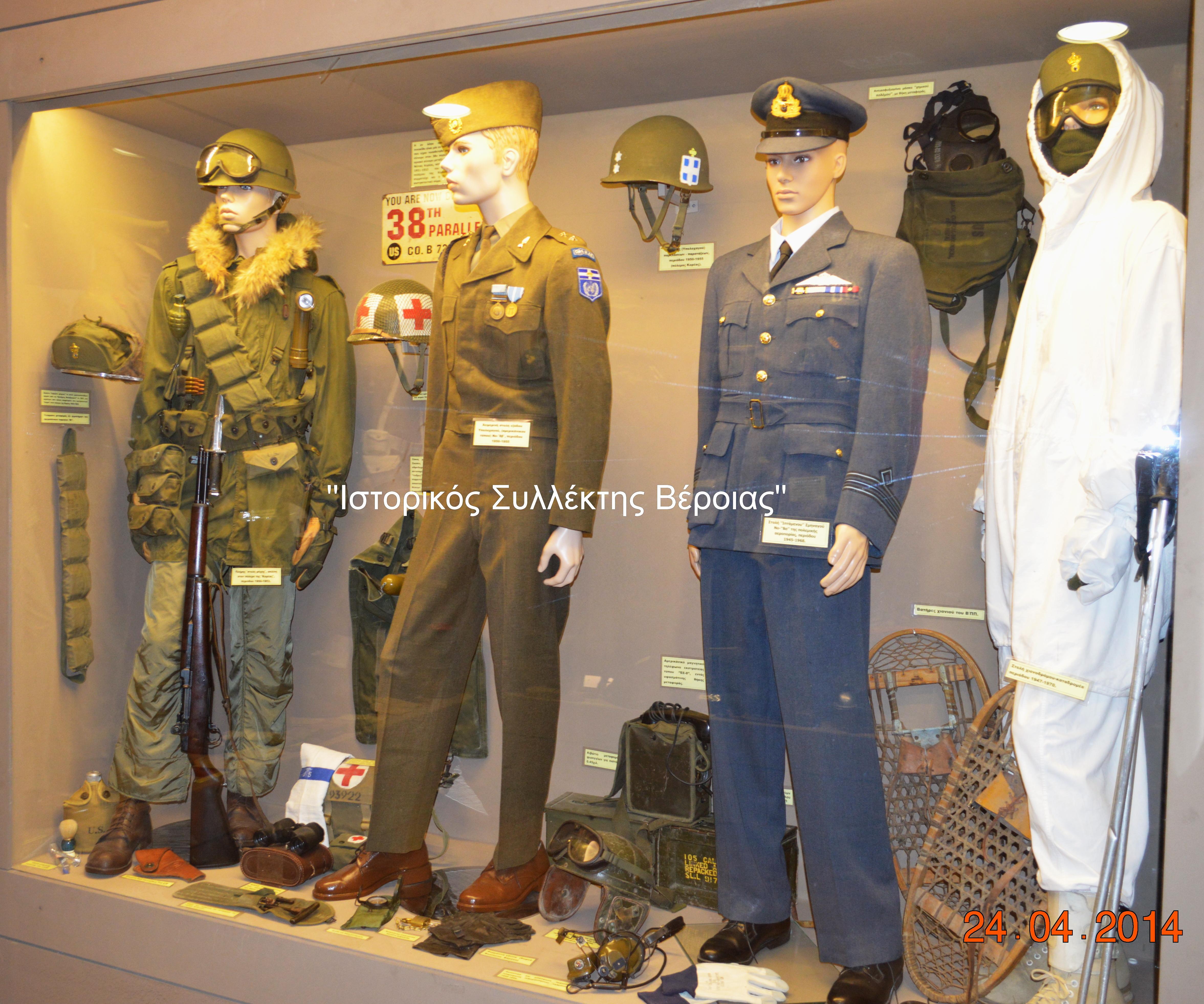 Η βιτρίνα είναι αφιερωμένη στην Ελληνική αποστολή που συμμετείχε κατά την περίοδο 1950-1953 στον πόλεμο της Κορέας