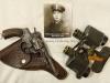 ….. Στην φωτογραφία βλέπουμε το ατομικό περίστροφο τύπου ΄΄Νagant΄΄ ,και τα ατομικά κιάλια τύπου ΄΄Voigtländer Braunschweig΄΄ (γερμανικό λάφυρο), τα οποία έφερε κατά την περίοδο 1940-1941 ο τότε έφεδρος Ανθυπολοχαγός (ΠΖ) Βάρσος Ιωάννης (εικονίζεται στην φωτογραφία), και τα οποία αυτά ατομικά υλικά μετά την κατάληψη της Ελλάδος από τους Γερμανούς, τα μετέφερε από το μέτωπο της Μακεδονίας-Θράκης όπου υπηρετούσε στην οικία του στην Αθήνα, όπου και τα διαφύλαξε ως τον θάνατο του, όπου στην συνέχεια τα διαφύλαξε και ο υιός του Βάρσος Βασίλειος έως και τις μέρες μας, με ευτυχή κατάληξη τα εν λόγω υλικά να δωριθούν από τον υιό του προς το πρόσωπό μου, και πλέον να εκτίθενται μόνιμα στο ΄΄Βλαχογιάννειο΄΄ μουσείο.